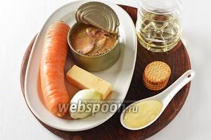 Для работы нам понадобятся рыбные консервы, репчатый лук, морковь, твёрдый сыр, солёные крекеры, подсолнечное масло, майонез.
