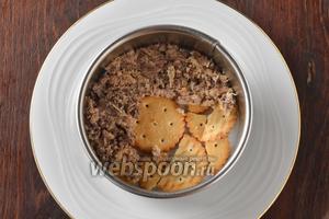 Собрать салат, чередуя такие слои (можно для этого воспользоваться кондитерским кольцом): крекеры, рыба.