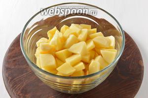1 килограмм картофеля очистить и нарезать средними кусочками.