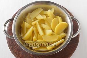 Как только вода закипит, сцедить картофель и оставить на 1-2 минуты в дуршлаке, чтобы он подсушился.