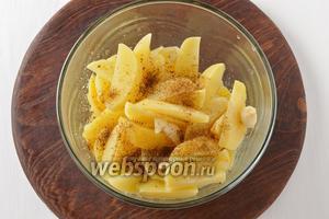 Соединить картофель с приправой для картофеля 3 ч. л., подсолнечным маслом 3 ст. л., половиной соли (всего соли 0,75 ч. л.), очищенным и нарезанным крупными кусочками чесноком (3 зубчика). Перемешать.