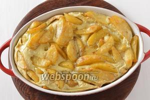 Равномерно вылить яйца на картофель и отправить в духовку ещё на 7-10 минут. Блюдо готово к подаче.