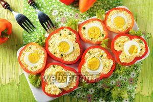 Перец фаршированный яйцом и сыром