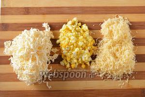 4 яйца отварить вкрутую, охладить и очистить. 1 яйцо мелко порубить. Твёрдый сыр и плавленый сыр (по 200 грамм) натереть на средней тёрке.