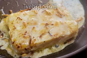 На каждый кусочек выливаем половину масла с чесноком и по 3 столовых ложки рыбного маринада. Тушим филе трески ещё минут 5 на среднем огне. Подаём горячим, со свежей зеленью. Приятного аппетита!