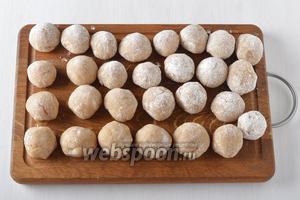 Из полученного фарша сформировать фрикадельки величиной с небольшой грецкий орех и обвалять их в муке.