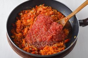Добавить мякоть помидоров (150 г без кожицы), натёртую на тёрке, очищенный и нарезанный пластинками чеснок 2 зубчика. Готовить 2-3 минуты.