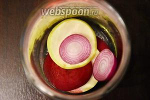 В 1 стерильную баночку выложить по 2 колечка лука, свёклы и яблока. Заполнить помидорами (1 кг). Помидоры предварительно проколоть лучинкой со стороны чашелистиков. Залить в банки кипяток, накрыть крышками и оставить минут на 20