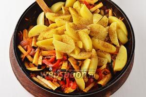 Выложить к овощам подготовленный картофель. Перемешать. Приправить солью 1 ч. л. и чёрным молотым перцем 0,2 ч. л.