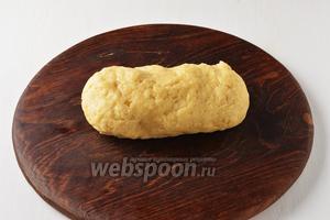 Вмешать просеянную с разрыхлителем 0,5 ч. л. и солью (1 щепотка) муку 240 г. Замесить тесто. Оно не должно быть тугое и будет немного липнуть к рукам. Завернуть тесто в пищевую плёнку и убрать в холодильник на 30 минут.