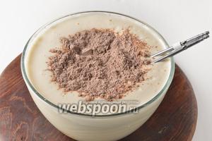 Частями вручную вмешать сухую смесь в кефирную. Мешать только до соединения ингредиентов, миксером не взбивать.