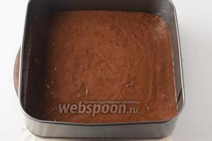 Форму (размером 25х25 сантиметров) выложить пергаментом. Вылить тесто в форму. Готовить в предварительно разогретой до 190°С духовке до готовности (до сухой лучинки) приблизительно 35-40 минут.