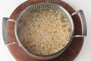 Выложить к картофелю подготовленный геркулес, очищенный и нарезанный тонкими пластинками чеснок 2 зубчика, довести до кипения и готовить 5 минут.