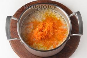 Добавить подготовленные овощи, чёрный молотый перец 0,2 ч. л. Готовить 3-4 минуты. Проверить суп ещё раз на соль и перец.