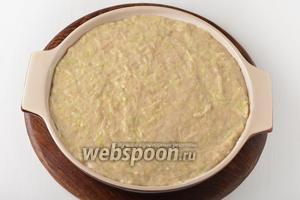 Форму диаметром 26 сантиметров смазать подсолнечным маслом (1 ст. л.). Выложить смесь в форму.