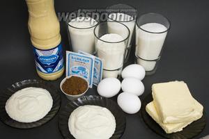 Подготовим все необходимые ингредиенты: заранее достаём из холодильника сливочное масло; отмеряем отдельно для каждого вида бисквита по 100 грамм масла, 1 стакану сахара, 100 грамм сметаны, 100 грамм муки, 0,5 ч. л. разрыхлителя; достаём 2 пакетика ванилина, отмеряем 30 грамм какао. Тщательно моем и обсушиваем полотенцем 4 куриных яйца. Для крема необходимо заранее достать из холодильника ещё 250 грамм сливочного масла и банку сгущёнки (примерно 300 грамм), чтобы на момент приготовления они были комнатной температуры. Также, если хотите, чтобы пирожные были более сочными, понадобится примерно полстакана молока.
