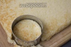 С помощью стакана или специальной форму вырезаем из бисквита кружки.