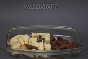 Обрезки от коржей ставим в духовку ещё на 10-15 минут при температуре 170°C. Они должны стать сухими и хрустящими.