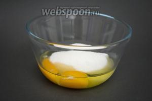 Разбиваем в миску 2 яйца, всыпаем 1 стакан сахара.