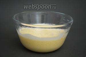 Добавляем 100 грамм сметаны и 100 грамм мягкого сливочного масла. Взбиваем до однородности.