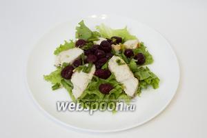 Режем перья лука и посыпаем им салат.