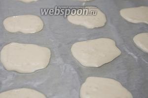 Пергамент для выпечки смазываем растительным маслом 6ст. л. Это обязательно, иначе печенье просто не отлипнет от бумаги. Выливаем печеньки чайной ложкой на довольно большом расстоянии друг от друга, в процессе выпечки они растекутся и увеличатся в размере. Ставим противень в духовку на 10 минут.