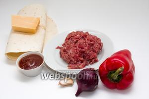 Подготовим необходимые ингредиенты: отмеряем 200 грамм говяжьего фарша, около 50 грамм сыра, моем и чистим по половинке болгарского перца и фиолетового лука, зубчик чеснока. Также нам понадобится около 4 столовых ложек соуса. В моём случае это домашний соус барбекю, но можно заменить любым томатным на свой вкус.