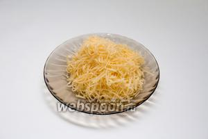Трём на мелкой тёрке 50 грамм сыра.