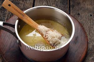 Молоко 250 мл соединить с солью 0,5 ч. л. и подсолнечным маслом 80 мл. Перемешать и нагреть до 37°С. Растворить в жидкости 70 г сахара. Добавить 2 яйца.