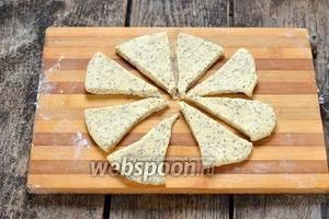 Обмять тесто и разделить на 3 части. Каждую часть теста раскатать в круг толщиной 0,5 сантиметра и разрезать на 8 треугольников.
