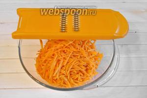 3 моркови очистить и натереть на тёрке для корейских салатов, не нужно делать длинную соломку.