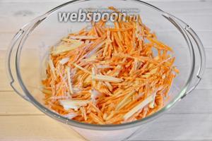 Салат заправить майонезом (70 грамм), солью и перцем по вкусу. Перемешать. Салат готов к подаче.