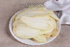 1,5 кг баклажан помыть, очистить от кожуры и нарезать тонкими пластинками, толщиной в идеале не более 2-3 мм. Отварить готовые пластинки в сиропе.