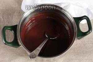 200 грамм шоколада поломать на кусочки, добавить в кипящее молоко и, постоянно помешивая, на водяной или паровой бане довести до густого состояния. Можно сварить соус и на медленном огне, постоянно помешивая, что я обычно и делаю, проблем не возникало.