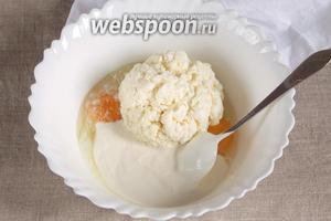 Сложить в одну ёмкость 500 грамм творога, 2 куриных яйца, 3 ст. л. сметаны, 1 щепотку соли и 1 грамм ванилина.