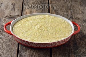 Жаропрочную форму смазать сливочным маслом 1 ст. л. Выложить тесто в форму.