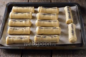 Выложить пирожки на противень с пергаментом. По желанию вы можете смазать верх пирожков небольшим количеством воды и посыпать сухим маком.