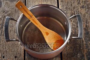 В кастрюле соединить 250 мл воды, соль 0,5 ч. л. и подсолнечное масло 100 мл. Перемешать и довести до кипения.