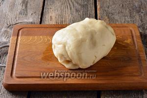 Замесить мягкое тесто, замешивая его ложкой, а в конце — руками.