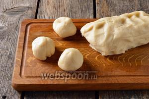 Разделить тесто на кусочки весом 53-55 грамм.