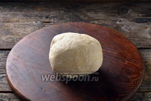 Завернуть тесто в пищевую плёнку и отправить в холодильник на 1 час.
