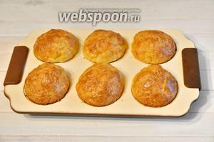 Выпекать кексы в духовке, разогретой до 180°C, 40 минут.