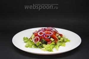 Из 1 болгарского перца удаляем семечки и прожилки, режем его на четвертинки, а их — на тонкие полоски. Раскладываем следующим слоем. Фиолетовый лук (0,5 луковицы) режем тонкими кружками, разделяем их на колечки. Посыпаем ими салат.