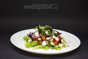Посыпаем мелко порезанной зеленью — луком (3 пера) и петрушкой (3 веточки).