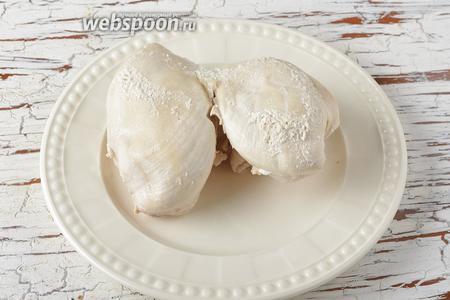 Куриное филе (250 г) отварить до готовности.
