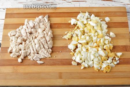 Куриное филе нарезать небольшими кубиками. 4 яйца отварить вкрутую, очистить и нарезать небольшими кубиками.