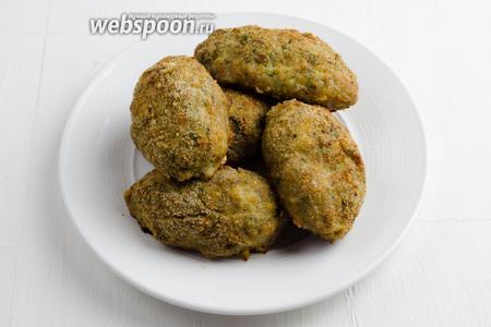 Котлеты выложить в тарелку. Подавать к обеду с молодым картофелем или тушеной капустой.