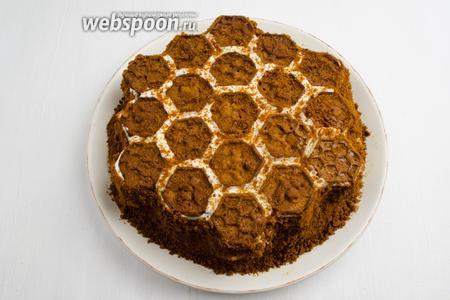 Посыпать пирог подготовленной крошкой. Оставить пропитаться пирог на часок.