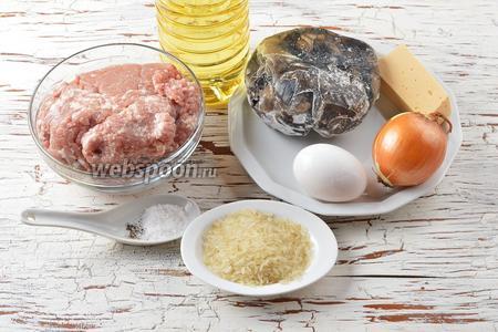 Для работы нам понадобится свиной фарш, яйцо, лесные грибы (замороженные), лук, твёрдый сыр, рис, соль, чёрный молотый перец, подсолнечное масло.