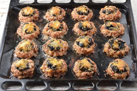 Готовить в предварительно разогретой до 180°С духовке 45-50 минут. Мясные ватрушки с грибами готовы.